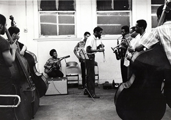 Specto de una clase de la AACM donde surgió un movimiento fundamental en la historia del jazz en los años 80 que son absolutamente ignorados en el documental de Ken Burns.