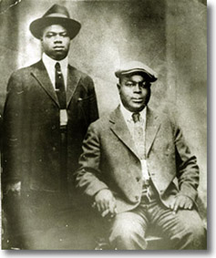 King Oliver y Louis Armstrong a su llegada a Chicago.