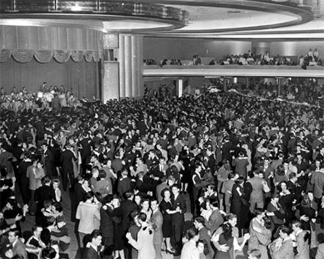 Multitud bailando al ritmo del jazz de la gran orquesta de Tommy Dorsey en el Hollywood Palladium en 1940, y entre esas cientos de personas no se atisba a ningún afroamericano.