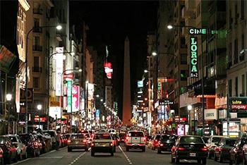 Visión nocturna de la Avenida Corrientes en las inmediaciones de Minton's