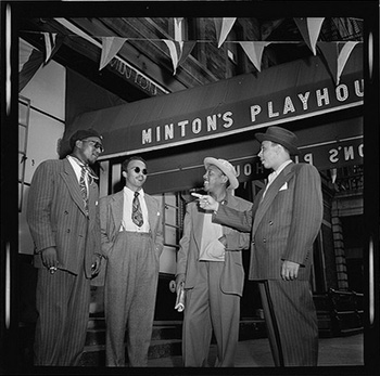 Thelonious Monk, Howard McGhee, Teddy Hill y Roy Elridge en la puerta del Minton's Playhouse.