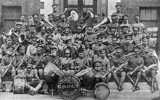 Orquesta de carácter militar en Kansas City, formada por estudiantes de secundaria de la escuela Lincoln, con sus