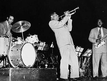 Max Roach, Dizzy Gillespie y Charlie Parker esperando su turno.