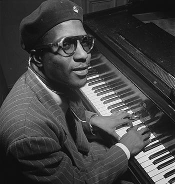 Thelonious Monk creaba moda entre los hipsters de la época con esas gafas, la boina, el pañuelo, la holgada americana a rayas...